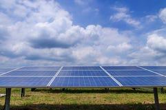 Solpaneler i grönt fält Arkivbild