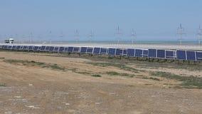 Solpaneler med den soliga himlen blåa paneler sluttade sol- sikt Bakgrund av photovoltaic enheter för förnybara energikällor arkivfilmer