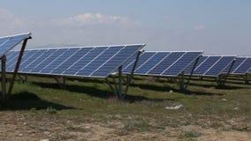 Solpaneler med den soliga himlen blåa paneler sluttade sol- sikt Bakgrund av photovoltaic enheter för förnybara energikällor lager videofilmer