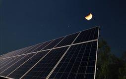 Solpaneler med halvmånen Royaltyfri Bild