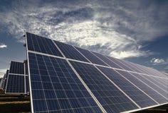 Solpaneler med molnig himmel för morgon Arkivfoton