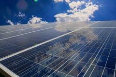 Solpaneler med molnreflexion Arkivfoton