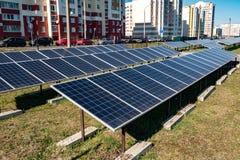 Solpaneler n?ra den bostads- fj?rdedelen av staden F?rnybar sol- energi royaltyfri fotografi