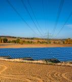 Solpaneler och kraftledningar Fotografering för Bildbyråer