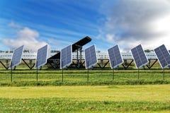 Solpaneler på bakgrund för blå himmel fotografering för bildbyråer