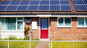 Solpaneler på en bungalow Royaltyfri Bild