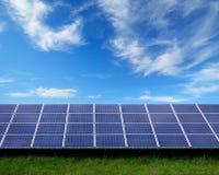 Solpaneler på en sol- lantgård arkivfoton