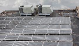 Solpaneler på ett högväxt tak av en byggnad Royaltyfria Bilder