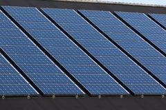 Solpaneler på familjhus Arkivfoto