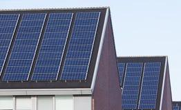 Solpaneler på familjhus Arkivbild