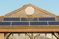 Solpaneler på taket av byggnad Royaltyfria Bilder