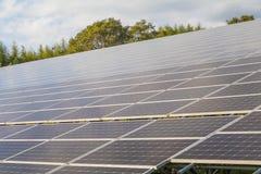 Solpaneler på taket, Photovoltaic enheter för innovation gr Royaltyfria Foton