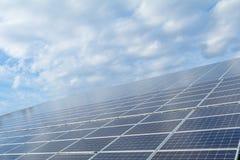 Solpaneler på taket, Photovoltaic enheter för innovation gr Arkivfoto