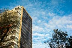 Solpaneler på en plan byggnad Royaltyfria Bilder