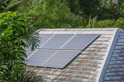 Solpaneler som överst installeras och som är i bruk av taket av huset arkivbild