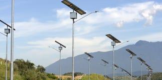 Solpaneler som används för gatabelysning fotografering för bildbyråer