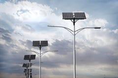 Solpaneler som används för gatabelysning royaltyfri bild