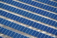Solpaneler som installeras på byggnadstaket royaltyfri bild