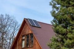 Solpaneler som installeras p? taket i ett landshus royaltyfri foto