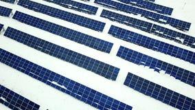 Solpanelfält med snö på paneler stock video