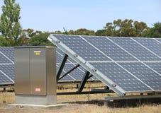 Solpanelraster på en sol- energiomvandling parkerar Royaltyfri Foto