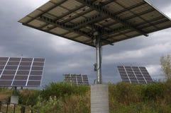 Solpanelsamlingar i naturligt präriefält fotografering för bildbyråer