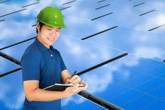 Solpaneltekniker med solpanelstationen fotografering för bildbyråer