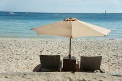 Solparaply och strandstol i strand Arkivbilder