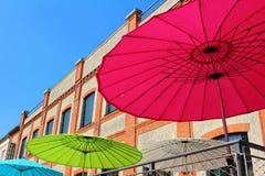 Solparaplyer i staden Royaltyfri Bild