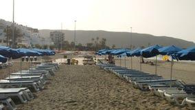 Solparaplyer på en strand stock video
