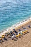 Solparaplyer på stranden Arkivbild