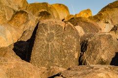 SolPetroglyph - signalkulleslinga - Saguaronationalpark - AZ arkivfoto