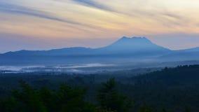 Solresning bak bergen i East Java Arkivbilder