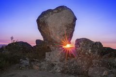 Solresning mellan den megalitiska monumentet, Montanchez, Spanien Royaltyfria Foton