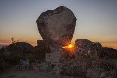 Solresning mellan den megalitiska monumentet, Montanchez, Spanien Royaltyfria Bilder