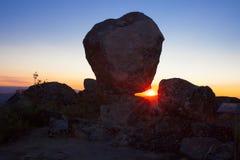 Solresning mellan den megalitiska monumentet, Montanchez, Spanien Royaltyfri Fotografi