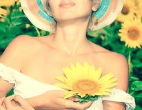 Solros med skönhetkvinnan royaltyfria bilder
