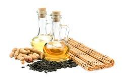 Solrosfrö, jordnötter och flaska av olja royaltyfri foto