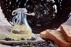 Solrosolja, bröd och kryddor och korg Arkivbild
