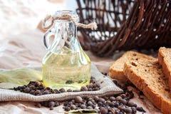 Solrosolja, bröd och kryddor och korg Arkivfoto