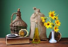 Solrosor i en vas och en säck av jute Royaltyfri Bild