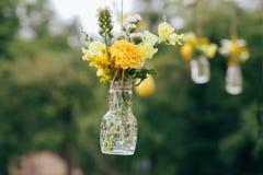 Solrosor och den gula blumen blommar med lantlig garnering Royaltyfri Foto