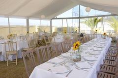 Solrosor på vita borddukar, garnering för bröllopparti, händelse Royaltyfria Foton
