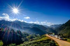 Solsignalljus på blå himmel i berg Arkivbild