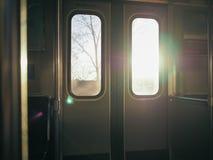 Solsken ändå fönstret Arkivfoto