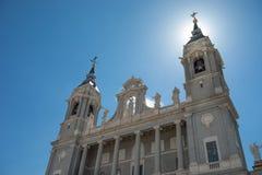 Solsken över den Almudena domkyrkan i Madrid, Spanien Arkivbilder