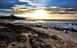 Solsken över en strand Fotografering för Bildbyråer