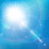 Solsken i den blåa himlen Arkivbild