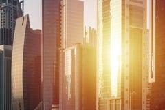 Solsken i exponeringsglas av skyskrapafönster Arkivbild