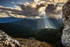 Solsken mellan molnen Arkivbild